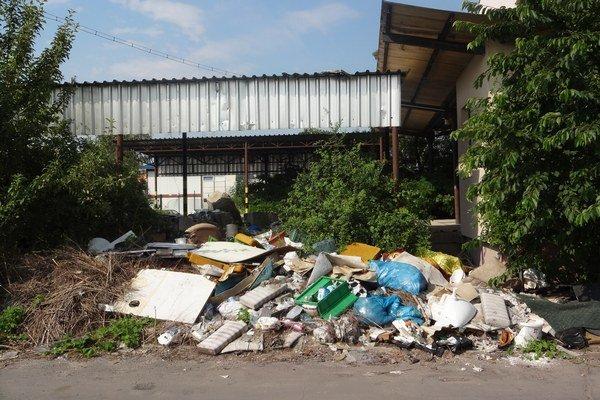 Nelegálny odpad v areáli Ozety zatiaľ neodpracú.