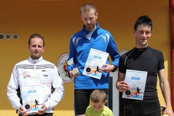 Víťazi kategórie mužov. Zľava: Pavol Michalčík, Jozef Bubeník, Tomáš Podpera.