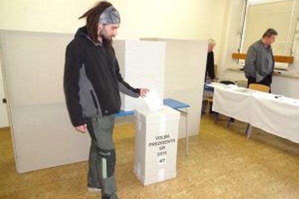Niektorých voličov neodradilo ani nepriaznivé počasie.