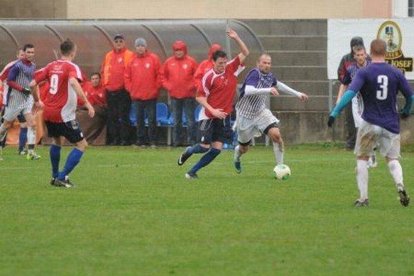 Trenčianske Stankovce (v červenom) prehrali s Komárnom 0:2.