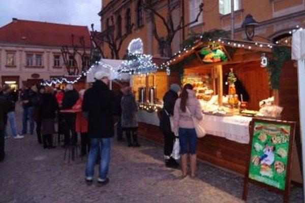 Vianočné trhy v Trenčíne ľudí lákajú.