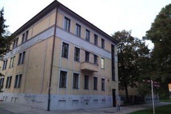 Základná umelecká škola budemaťnové okná a fasádu.