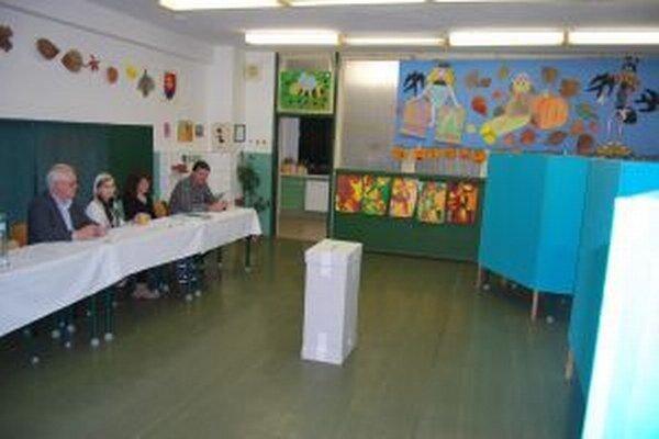 Volebná miestnosť počas dňa zívala prázdnotou.