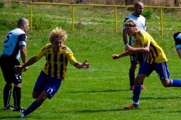 Juraj Michalec (druhý zľava) strelil víťazný gól Chocholnej-Velčíc proti Horovciam (3:2).