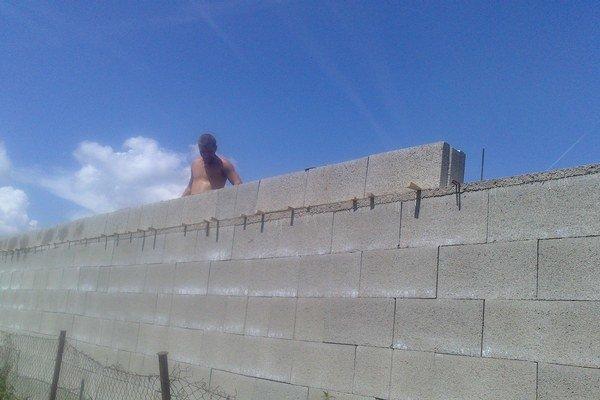 Pri stavbe vysokého múru pôvodní majitelia ostro protestovali.
