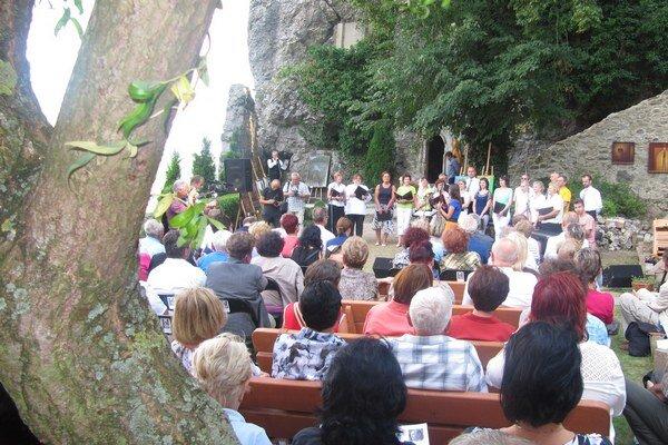 Rajská záhrada v areáli kláštora bola plná nadšencov duchovného umenia.