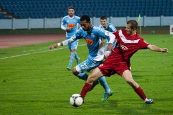 Peter Kleščík (vpravo) v súboji s nedávnym spoluhráčom Lesterom Peltierom.
