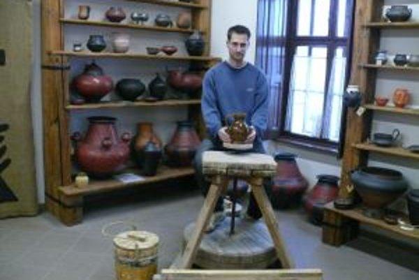 Pod Trenčianskym hradom sa vyrába keramika tradičným spôsobom.