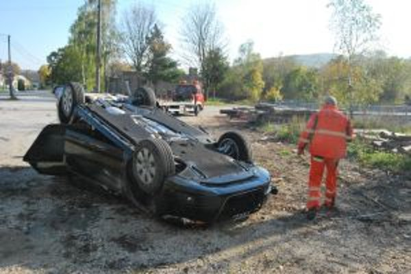 Audi A6 skončilo po zrážke prevrátené na streche