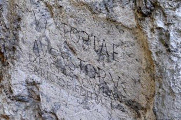 Rímsky nápis je verejnosti k dispozícii počas otváracích hodín