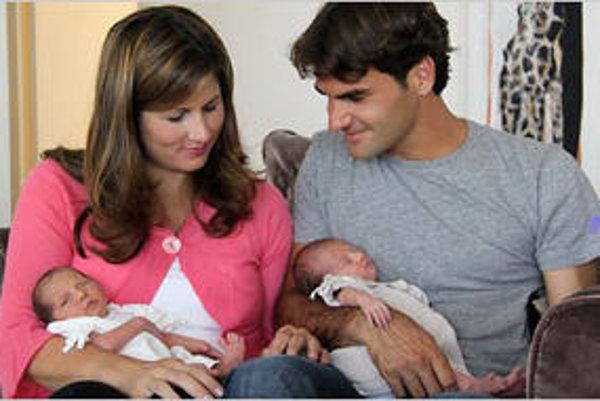 Roger Federer s Mirkou Vavrinecovou s dvojičkami Charlene Riva a Myla Rose.