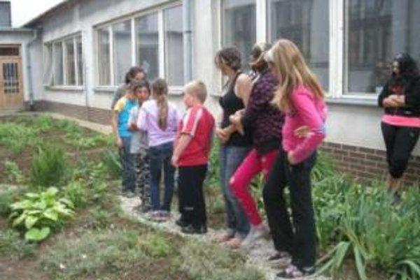 Záhrada s hmatovým chodníkom ponúka deťom priestor na relax, zároveň aj možnosť učiť sa a spoznávať prírodu viacerými zmyslami.