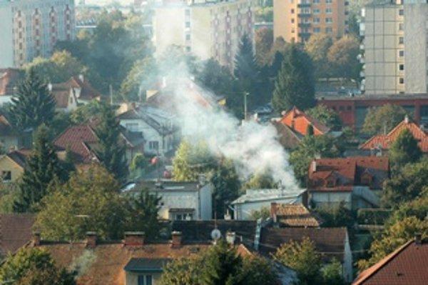 Nad štvrťami s rodinnými domami v Trenčíne sa často tiahne hustý dym