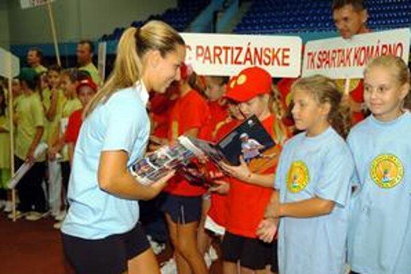 Dominika Cibulková (vľavo) rozdávala autogramy.
