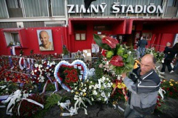 Kvety a vence po poslednej rozlúčke s Pavlom Demitrom pred zimným štadiónom v Trenčíne.