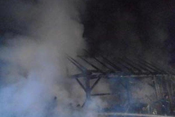 Požiar uhasili až po druhej hodine ráno