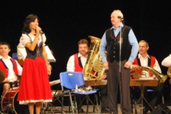 Novomešťanka Daniela Magálová spieva po boku kapelníka Jana Slabáka dvadsaťpäť rokov.