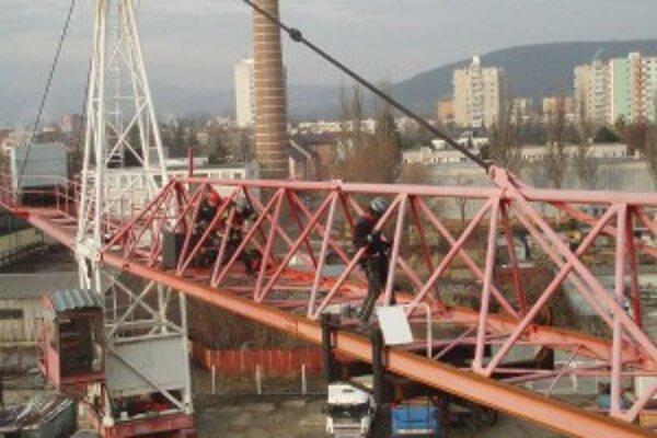 Trenčianski hasiči cvičili v približne dvadsaťmetrovej výške.