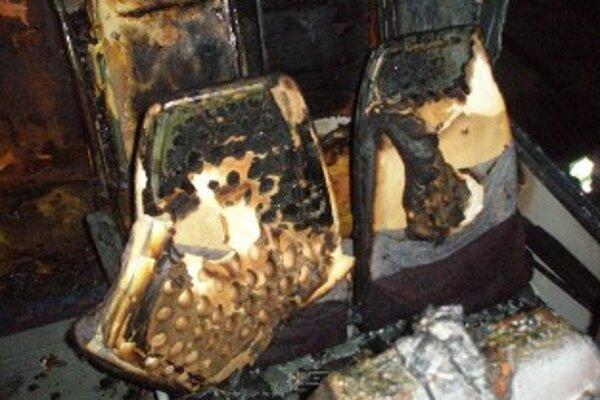 Požiar vo vnútri autobusu bol pravdepodobne založený úmyselne.