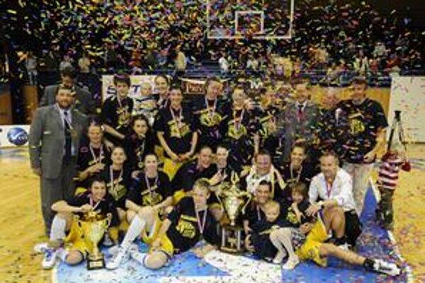 Košické basketbalistky oslavujú zisk šiesteho titulu v slovenskej extralige.