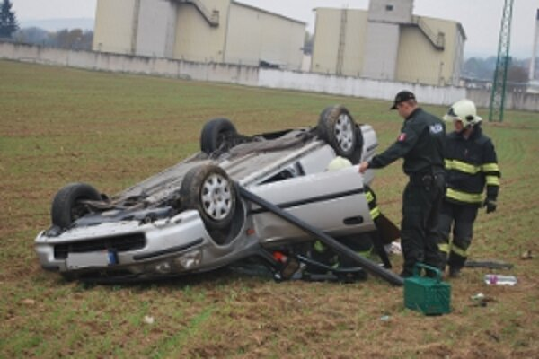 Honda Civic skončila po šmyku na streche.