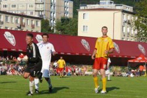 Zdeno Chára (v žlto-červenom) hviezdil aj na futbalovom trávniku.