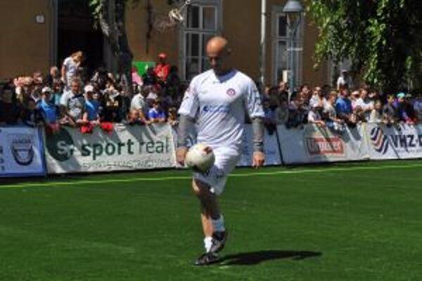 Hokejista Pavol Demitra všetkým prítomným na Mierovom námestí ukázal, že to vie nielen s pukom, ale aj s futbalovou loptou.