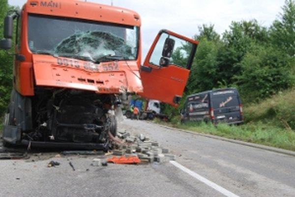 Hrozivo vyzerajúca zrážka dvoch kamiónov zablokovala cestu.