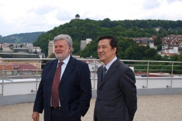 Veľvyslanec Čínskej ľudovej republiky Gu Ziping si prezrel mesto z budovy Trenčianskeho samosprávneho kraja v spoločnosti župana Pavla Sedláčka.