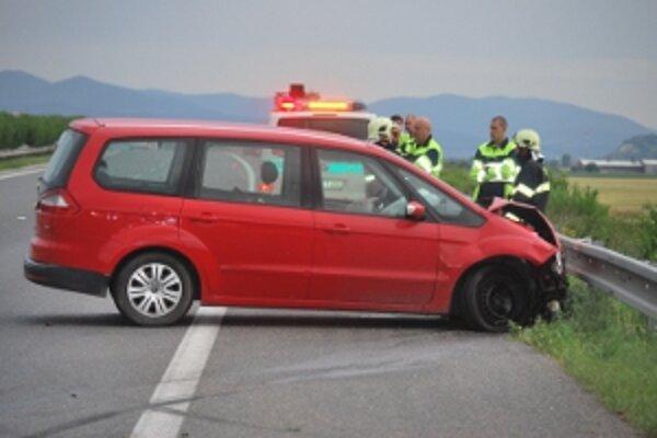 Vodič Fordu Galaxy sa chcel vyhnúť líške bežiacej po diaľnici.