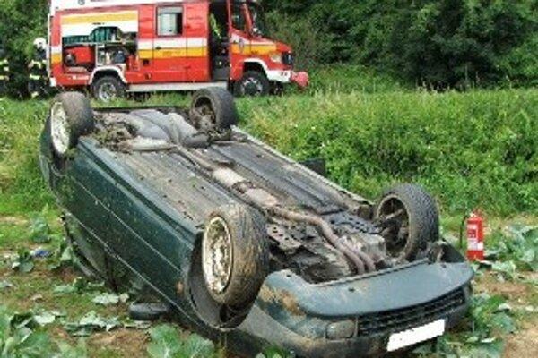 Auto našli hasiči v poli prevrátené na strechu.