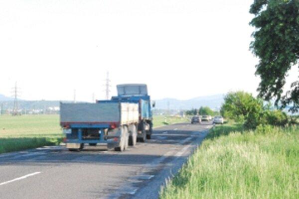 V ľavom jazdnom pruhu jazdia vozidlá, ktoré sa chcú vyhnúť zničenému úseku.