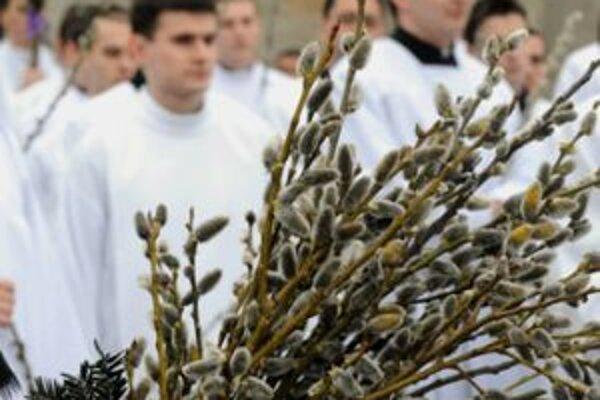 Na Kvetnú nedeľu kňazi v kresťanských chrámoch svätili kadidlom a svätenou vodou prinesené zelené konáriky. Verilo sa, že takéto sväteniny potom po celý rok chránili príbytok pred bleskami a búrkou.