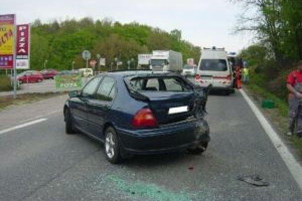 Pri obci Ruskovce sa zrazili tri autá.