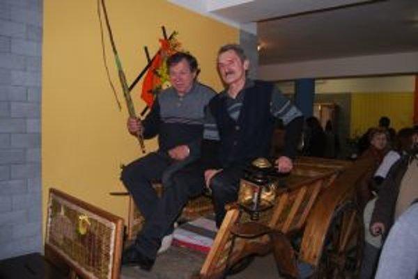 Jaroslav Rehorčík a Milan Tonka zreparovali osemdesiatročný poľovnícky koč.