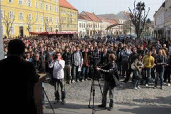 Primátor Trenčína Richard Rybníček (vľavo dole) reční k študentom počas protestného zhromaždenia študentov Univerzity Alexandra Dubčeka.