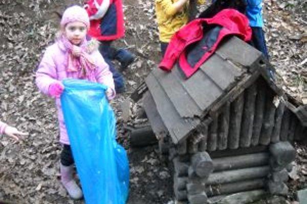 Malí ochranári vyčistili studničky v trenčianskom lesoparku Brezina.