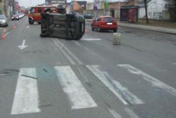 Nehoda sa stala na rušnej ceste v centre Trenčína.