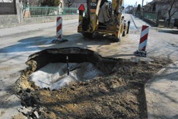 Poruchu prasknutého potrubia odstránili ešte v piatok večer, ráno koberec otvorili a potrubie vymenili.