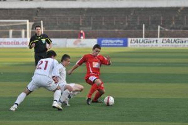 19-ročný Karol Mondek (v červenom) nastúpil proti Rimavskej Sobote na druhý zápas od úvodnej minúty.