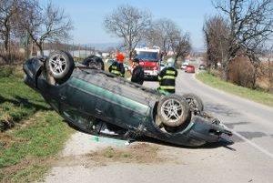 Mladý vodič Volkswagenu Passat skončil so svojim vozidlom na streche