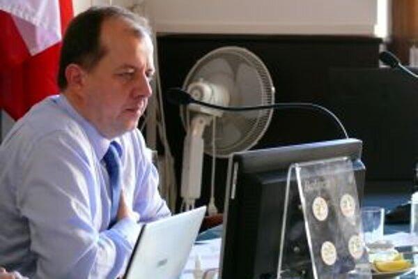 Richard Rybníček doteraz poberal základnú mesačnú mzdu 2 636 eur, poslanci mu schválili o takmer tisíc viac.