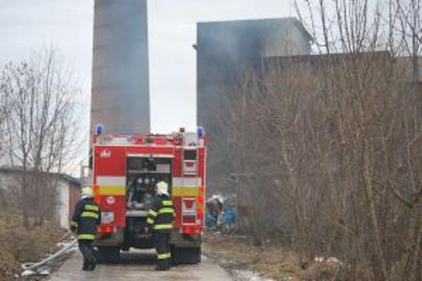 Budovu bývalej kotolne zasiahol požiar. Hasili profesionálni i dobrovoľní hasiči.