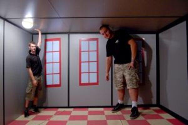V Amesovej izbe dvaja rovnako vysokí ľudia pôsobia tak, že jeden je obor a druhý trpaslík