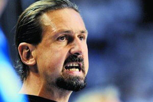 Tréner hokejového majstra Slovana Bratislava Zdeno Cíger včera rezignoval zo svojej funkcie.