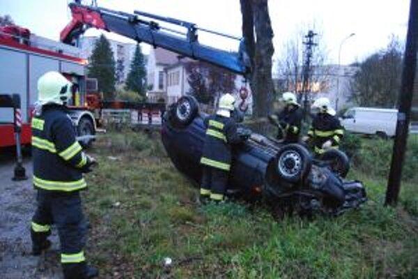 Havarované auto museli vyťahovať až hasiči.