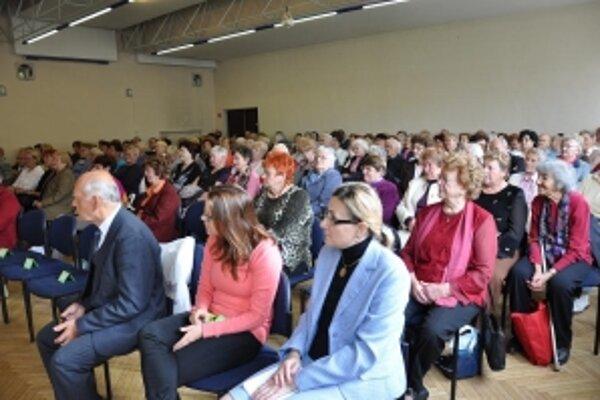 Slávnostného otvorenia sa zúčastnilo136 poslucháčov - seniorov.
