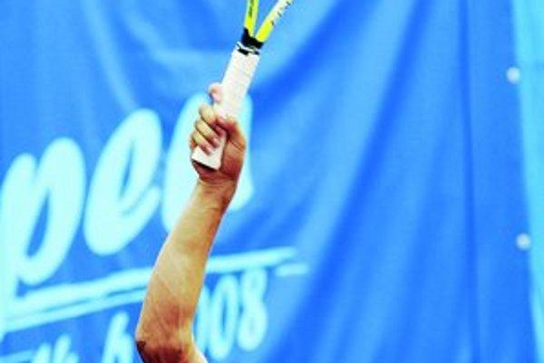 Dominik Hrbatý nevystrie pravú ruku ani pri podaní. Práve pri servise najviac cíti svoj zdravotný hendikep – stratil švih a namiesto bývalých 210 km/h servuje rýchlosťou okolo 180 km/h.
