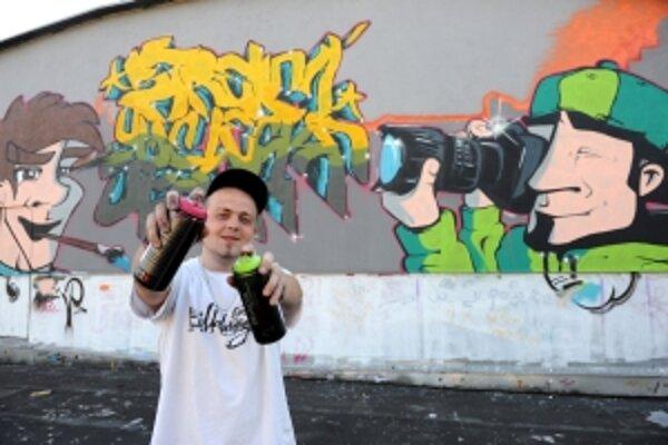 Študent maturant Jozef Kyselica namaľoval graffiti na priečelie budovy Strednej umeleckej školy v Trenčíne. Práca bola súčasťou praktickej maturitnej skúšky.