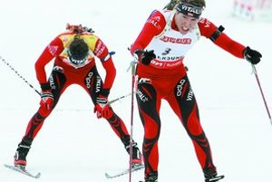 Záver nórskej drámy v pretekoch s hromadným štartom. Emil Hegle Svendsen predstihuje vyčerpaného krajana Ole Einara Björndalena.